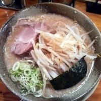 「らーめん¥600・大盛り¥100・トッピングもやし¥50」@らあ麺 やったる 新宿店の写真