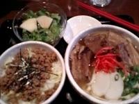 「うるまそば(800円)+ミニそぼろご飯+サラダ(200円)セット」@沖縄そば うるまの写真