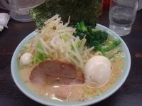 「ラーメン(並・味濃い目)+味玉+もやキャベ(650円+100円+」@壱六家 関内店の写真