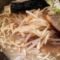 「らーめん¥600(麺固め・細め・醤油)」@らあ麺 やったる 新宿店の写真