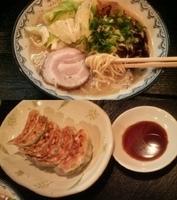 「とん塩らーめん・温キャベツ盛り+餃子(セット)」@麺屋 いっこくの写真