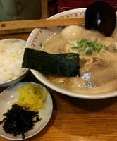 「チャーシューめん900円+味玉(クーポン)+半ライス&お新香(ラ」@とんこつらーめん 笑丸の写真