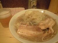 「豚そば ニンニク(350円)+缶ビール」@ラーメン慶次郎 本店の写真
