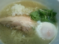 「らーめん(塩)温泉玉子 800円」@めんやももの写真