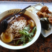 「A定食(醤油らーめん+おにぎり1個+唐揚げ3個) 800円+麺大」@麺処 じゅげむの写真