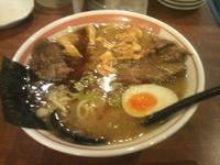 「豚なんこつチャーシュー麺+ニンニクチップ」@ラーメン麺丸の写真
