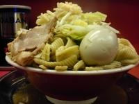 「ラーメン 700円・麺山盛り・7連麺・にんにく」@麺でる 田園調布本店の写真