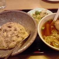 「チャーハンセット(チャーハン(フルサイズ)+サラダ+ハーフ醤油ラ」@中華のわこうの写真