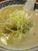 「揚州濃厚塩ラーメン(刀切麺)¥840+スープ2倍濃厚増し¥200」@中国ラーメン 揚州商人 池袋西口店の写真