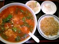 「牛バラとトマトのラーメン」@四川風居酒屋 三百宴職人 護国寺店の写真