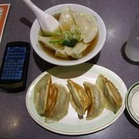 「焼き餃子(5個)200円+水餃子(5個)」@味一番の写真
