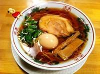 「紅醤油らーめん(細麺)+煮玉子」@金久右衛門 梅田店の写真