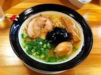 「なにわブラック(太麺)+煮玉子」@金久右衛門 梅田店の写真