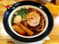 「大阪ブラック(太麺)+煮玉子」@金久右衛門 梅田店の写真