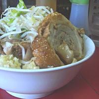 「小豚ラーメン+ 巻きチャー (麺少なめ、ヤサイ、ニンニク)」@蓮爾 登戸店の写真