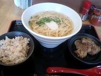 「なんこつそーきそば (中)700円 +ジューシー」@島食堂かりーの写真