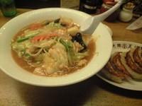 「香ばしニンニクの黒ちゃんぽん+餃子」@大阪王将 新宿店の写真