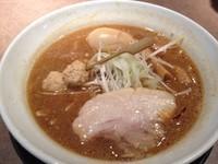 「赤味噌らーめん+燻製玉子」@味噌らーめん みつか坊主 大阪空港本店の写真