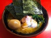 「ラーメン (640円) (+味付玉子)」@家系総本山 吉村家の写真