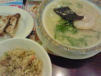 「とんこつラーメン餃子半チャーハンセット1122円」@バーミヤン 河口湖店の写真