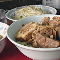 「たま小つけ麺豚入+巻ちゃぁ(ニンニク、ヤサイ、麺少なめ)」@蓮爾 登戸店の写真