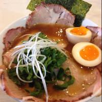 「手打ち中華そば(新味)+煮卵、チャーシュー」@手打ち中華そば 侍の写真