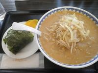 「味噌らーめん(並)+おにぎり=950円」@ごはん処 食堂ミサ あらい道の駅店の写真