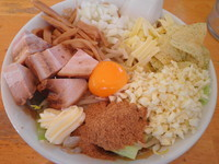 「【平日限定】 汁なし麺(無料トッピング全部のせ) 800円」@やんちゃらーめんの写真