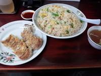 「チャーハン(特盛)+餃子 1300円」@漫々亭の写真