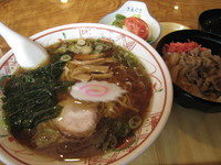 「ラーメンセット(ラーメン+半牛丼+サラダ) 850円」@さえぐさ本店の写真
