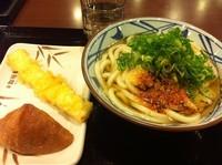 「かけうどん+イカ天+おいなりさん【580円】」@丸亀製麺 天王洲アイル店の写真