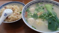 「ワンタンつみれ麺+半チャーハン_1030円」@香港麺新記 四谷三丁目店の写真