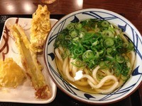 「かけ(大)+半熟たまご天+かしわ天+ちくわ天(¥700)」@丸亀製麺 大和店の写真