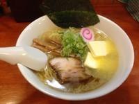「鶏塩ラーメン + バター」@小松屋の写真