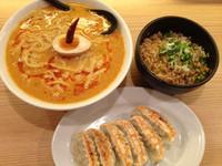 「濃厚坦坦麺+Dセット(半チャーハン)+焼き餃子」@つけ麺らーめん 春樹 新宿御苑前店の写真