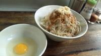 「汁なし 塩ラー油 麺少なめ 900円」@凛 大井町店の写真