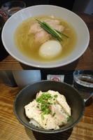 「『烏骨鶏のしおらーめん+塩味玉+阿波尾鶏の炙り丼』」@町田汁場 しおらーめん 進化の写真