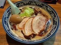 「黒味噌ラーメン+炙りチャーシューシングル+味付玉子」@麺や 樽座 小宮店の写真