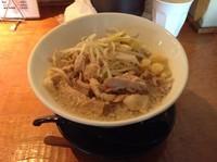 「豚ダブル750円(太麺 麺半分 野菜増し ニンニク増し)」@豚さんちの写真