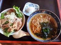「もつ丼セット500円」@だるま食堂の写真