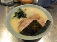 「塩豚骨ラーメン(太麺)」@○花の写真