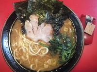 「ラーメン450円(麺硬め油多め味濃い目)&中盛り無料」@家系ラーメン 王道の写真