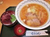 「八戸ラーメンと鉢マグロ丼のセット 1,180円」@烹鱗の写真