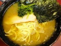 「ラーメン 中盛 味濃い目+麺硬め+油多目」@家系総本山 吉村家の写真
