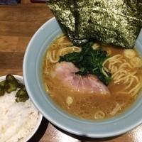「ラーメン・並¥650円(ライス無料サービス)」@横浜家系濃厚とんこつラーメン 竹取家の写真