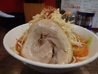 「赤ラーメン (700円)背脂ギト、野菜カチ、ニンニク」@骨太味覚の写真