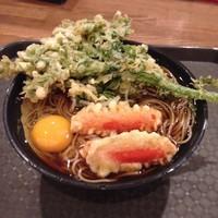 「赤ウィンナー天玉そば(¥540)+春菊天(¥120)」@路麺 えんそばの写真