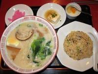 「豚骨ラーメンと半チャーハンのセット 680円」@中国料理居酒屋 珍味館 東浅草店の写真
