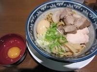 「鶏塩肉玉油そば(900円)+生卵(50円)」@重厚煮干中華そば 大ふく屋 海浜幕張店の写真