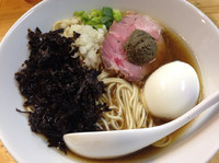 「煮干ソバ黒+黒バラ海苔+ペースト(仮)+味玉」@煮干中華ソバ イチカワの写真